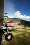Flugzeug auf Gebirgslaufbahn Stockbild