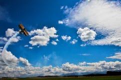 Flugzeug auf Himmel Stockfotografie
