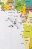 Flugzeug auf Karte stockfoto