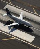 Flugzeug auf Laufbahn. Lizenzfreies Stockbild