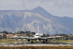 Flugzeug auf Rollbahn und Bergen Korfu, Griechenland Stockfoto