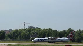 Flugzeug automatische Rückstellung Steuerung auf Rollbahn nach der Landung stock footage
