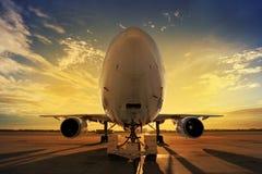Flugzeug bei Sonnenuntergang Lizenzfreies Stockbild