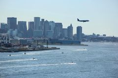 Flugzeug über Boston-Skylinen Stockfoto