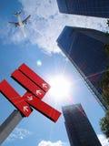 Flugzeug über Bürogebäuden. Lizenzfreie Stockbilder