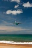 Flugzeug über einem tropischen Strand Stockfotos