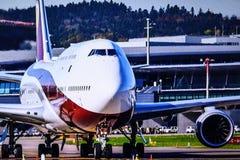 Flugzeug bereit, sich von der Rollbahn zu entfernen stockbild