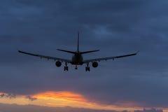 Flugzeug bereitet sich für die Landung an der Rollbahn vor Stockfotos
