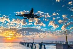 Flugzeug betriebsbereit zur Landung Stockbild