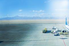 Flugzeug-Bodenabfertigung am Flughafenabfertigungsgebäude stockbild