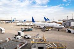 Flugzeug-Bodenabfertigung am Flughafenabfertigungsgebäude Lizenzfreies Stockbild