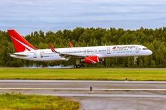 Flugzeug Boeing B757 von RoyalFlight landet auf der Rollbahn am Flughafen Pulkovo Lizenzfreies Stockbild