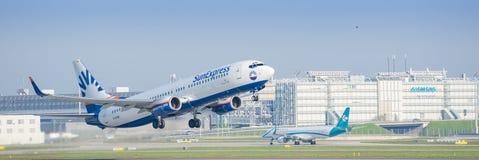 Flugzeug Boeing 737 von SunExpress entfernend von internationalem Flughafen Münchens Stockbilder