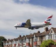 Flugzeug British Airwayss Airbus A380, das über Häusern landet Stockbilder