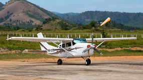 Flugzeug in Busuanga-Flughafen in der Insel Coron, Philippinen Lizenzfreie Stockfotografie