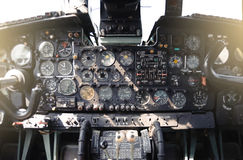Flugzeug-Cockpit-Ausrüstung mit Indikatoren, Knöpfen und Instrumenten stockfotos