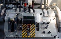 Flugzeug-Cockpit-Ausrüstung mit Indikatoren, Knöpfen und Instrumenten lizenzfreies stockfoto