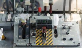 Flugzeug-Cockpit-Ausrüstung mit Indikatoren, Knöpfen und Instrumenten lizenzfreie stockfotografie