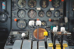 Flugzeug-Cockpit-Ausrüstung mit Indikatoren, Knöpfen und Instrumenten stockbild