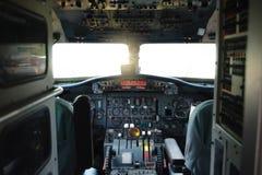 Flugzeug-Cockpit-Ausrüstung mit Indikatoren, Knöpfen und Instrumenten stockfoto
