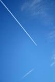 Flugzeug Contrail im Himmel Lizenzfreie Stockfotos