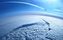 Flugzeug Contrails im blauen Himmel lizenzfreie stockfotos