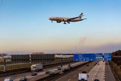 Flugzeug, das über deutsche Landstraße bei der Landung fliegt stockfoto