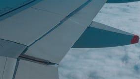 Flugzeug, das über eine Schicht Wolken fliegt stock video footage
