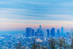 Flugzeug, das über im Stadtzentrum gelegenes Los Angeles an der Dämmerung fliegt Lizenzfreies Stockfoto