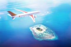 Flugzeug, das über Malediven-Inseln auf dem Indischen Ozean fliegt Reise Stockfotos