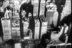 Flugzeug, das über Stadt sich entfernt und fliegt stock video footage