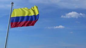 Flugzeug, das über wellenartig bewegende Flagge von Kolumbien fliegt stock video