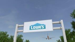 Flugzeug, das über Werbungsanschlagtafel mit Lowe-` s Logo fliegt Redaktionelle Wiedergabe 3D Stockbilder
