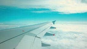 Flugzeug, das über zwei Schichten Wolken fliegt stock video