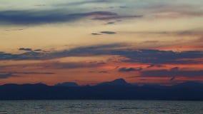 Flugzeug, das bei dem Sonnenuntergang über dem Meer sich entfernt stock video footage