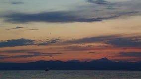 Flugzeug, das bei dem Sonnenuntergang über dem Meer sich entfernt stock video