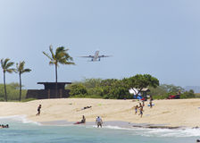 Flugzeug, das über dem Strand sich entfernt Lizenzfreie Stockfotos