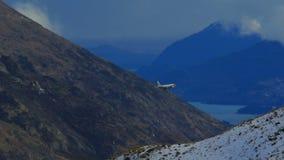 Flugzeug, das den Gebirgszug sich nähert für die Landung zu Queenstown-Flughafen Neuseeland führt stock footage
