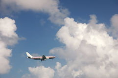 Flugzeug, das der Laufbahn sich nähert Stockfotografie