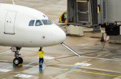 Flugzeug, das an die Au?enbordstromversorgung angeschlossen wird stockfotos