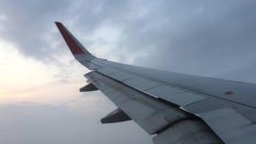 Flugzeug, das für die Landung absteigt stock footage