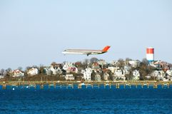 Flugzeug, das für die Landung am Logan-Flughafen sich vorbereitet. Stockfotografie
