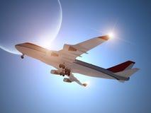 Flugzeug, das mit Mond im Himmel sich entfernt lizenzfreies stockfoto