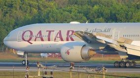 Flugzeug, das nach der Landung bremst stock video footage
