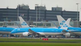 Flugzeug, das nach der Landung mit einem Taxi fährt stock video