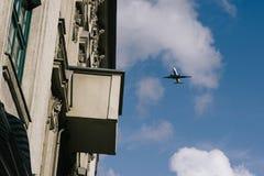 Flugzeug, das niedrig über Gebäude, Anflug fliegt stockbilder
