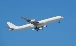 Flugzeug, das oben fliegt Stockbild