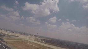 Flugzeug, das Passagierfenster Rollbahn heraus betrachtend sich entfernt stock footage