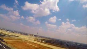 Flugzeug, das Passagierfenster Rollbahn heraus betrachtend sich entfernt stock video footage