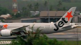 Flugzeug, das Phuket-Flughafen sich nähert stock video footage
